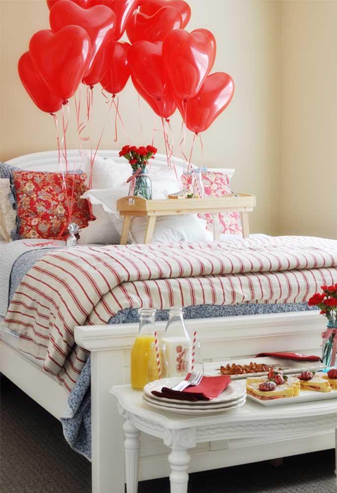 Não basta apenas servir o café da manhã na cama, prepare uma bela surpresa para acordar o seu amor.