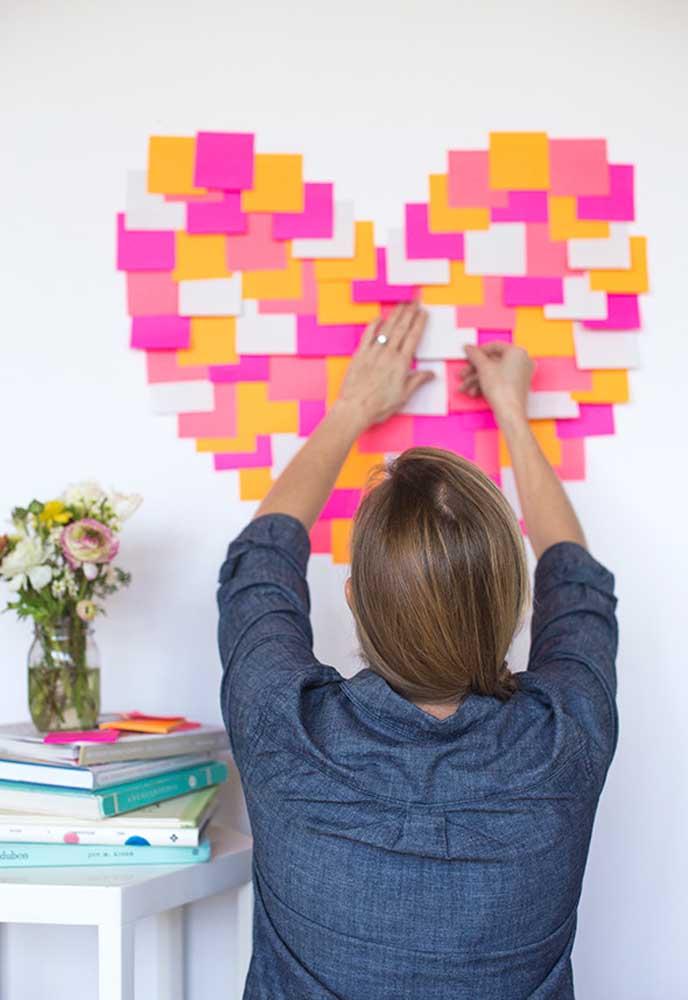 Monte um painel de coração na parede feito com post-it colorido.
