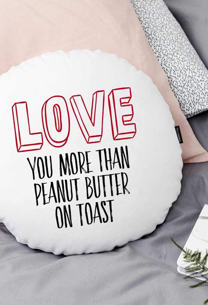 Já pensou no presente dia dos namorados? Que tal entregar uma almofada com frase romântica e ao mesmo tempo engraçada?