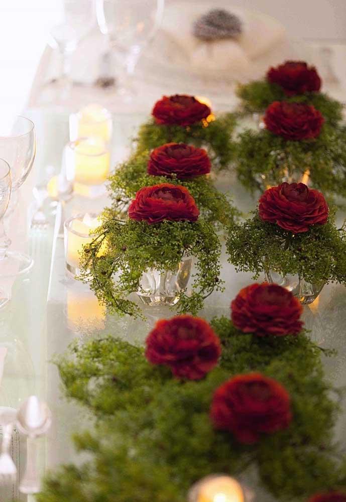 Mais romântico do que vaso com flores e velas, não existe.