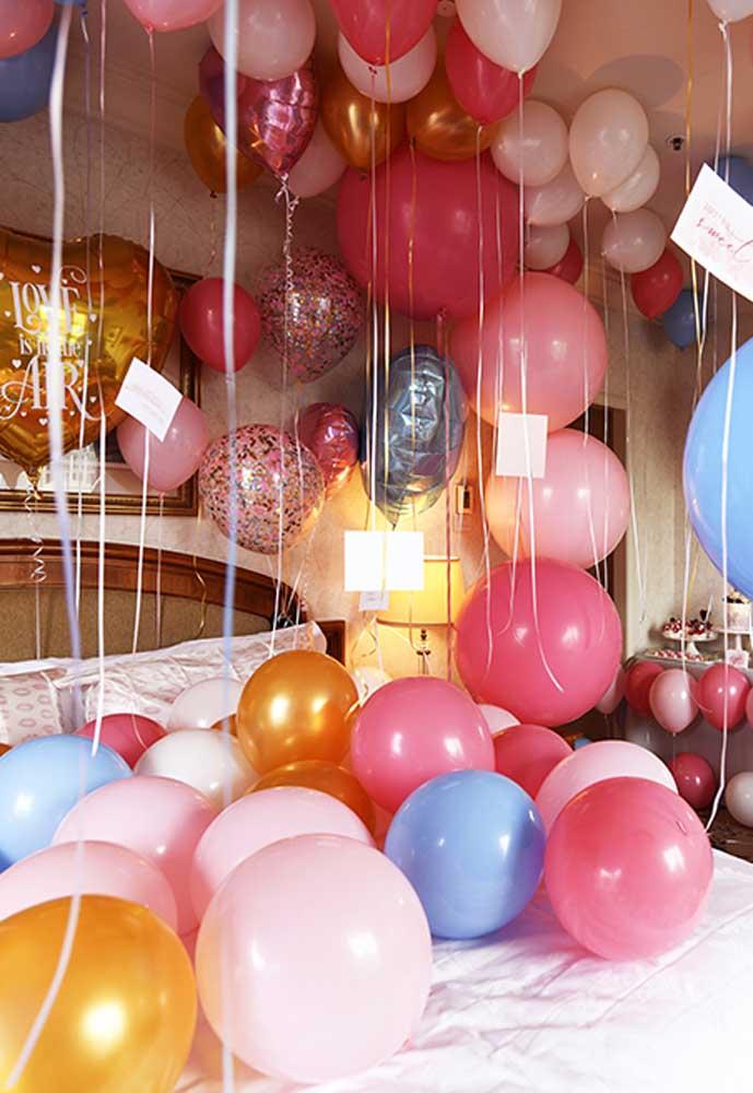 Decore o quarto todo com balões românticos.