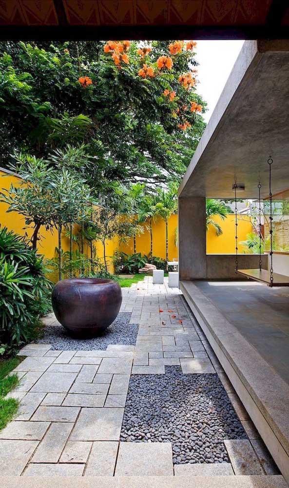 Nesse jardim moderno, o piso de pedra São Tomé foi intercalado com o uso de pedras seixos