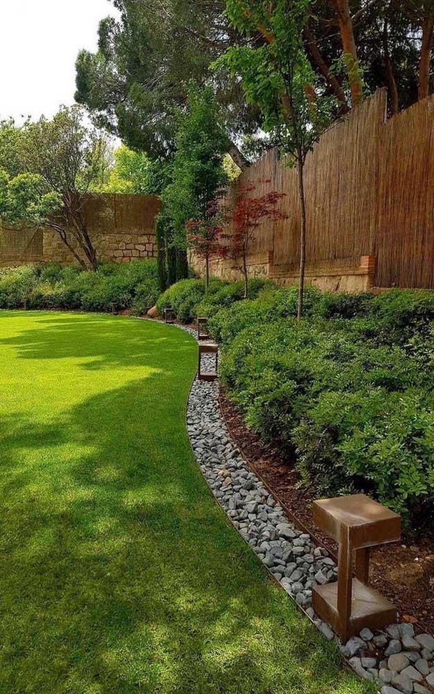 Um contorno simples de pedra para diferenciar o amplo jardim; repare que as pedras também ajudam a conter o avanço da grama