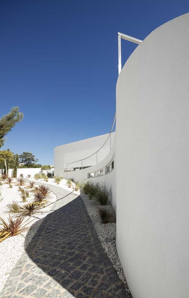 As britas de construção trazem um toque moderno e despojado ao jardim dessa casa