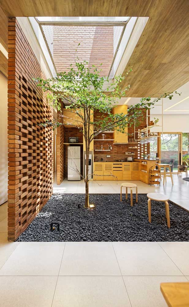 O jardim de inverno dessa casa conta com uma forração de pedras em toda sua superfície