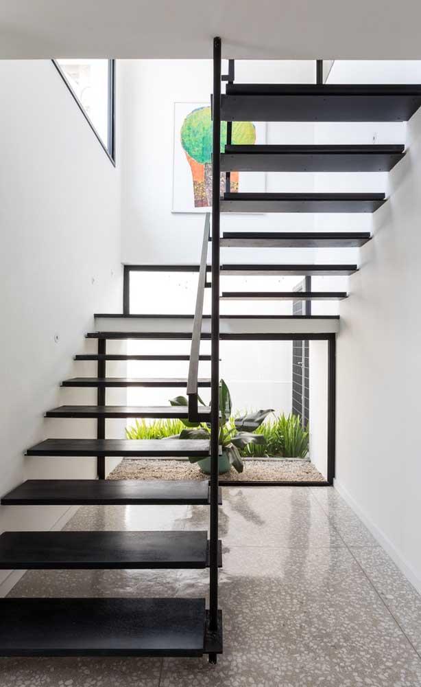 Em ambientes internos, onde é quase impossível cultivar grama, as pedras decorativas se revelam uma ótima saída