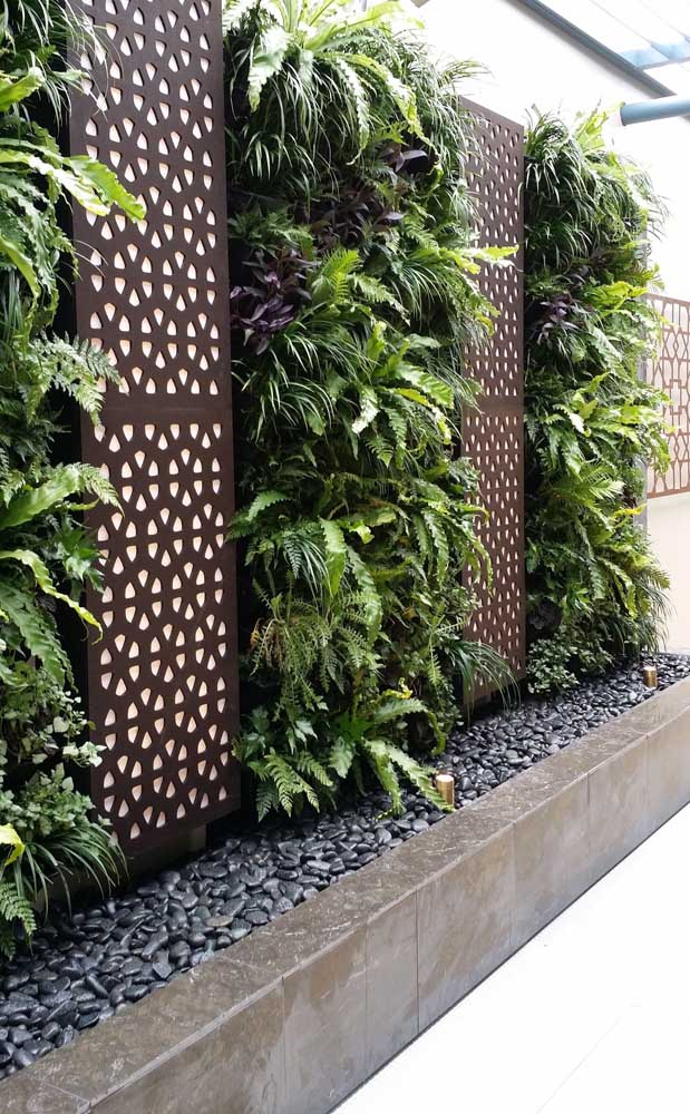 Os seixos pretos garantem um toque de elegância e sofisticação incrível para o jardim