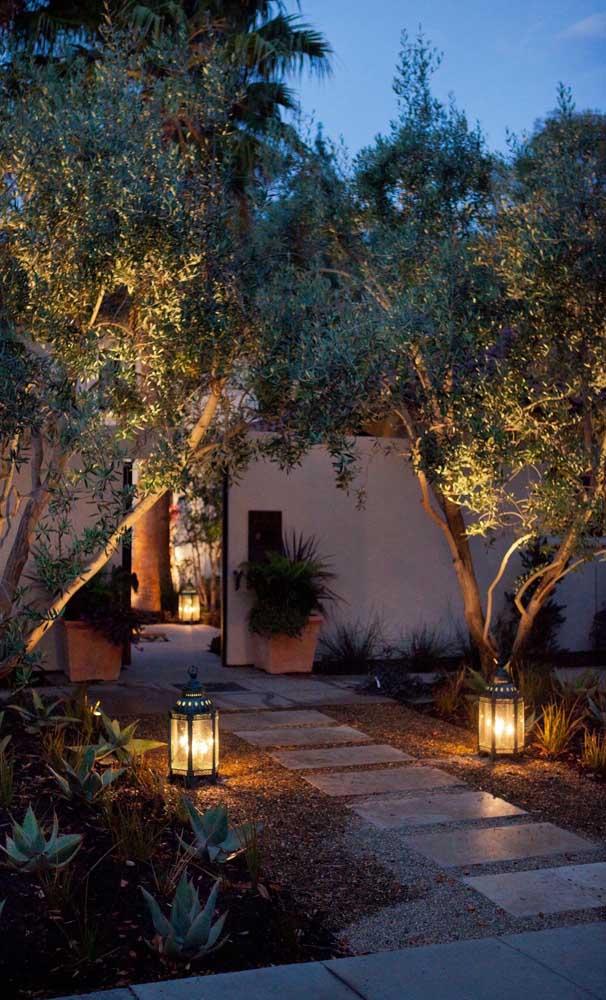Luminárias tornam esse jardim com pedras ainda mais encantador
