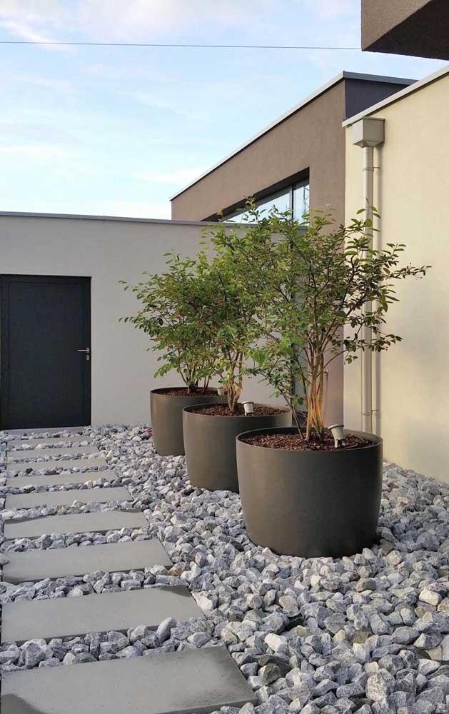 Britas brutas de construção garantem a modernidade e o estilo próprio desse jardim