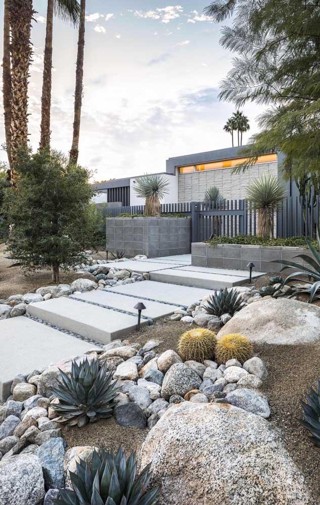 Pedras em diferentes tamanhos, tipos e formatos compõe esse jardim rústico e moderno