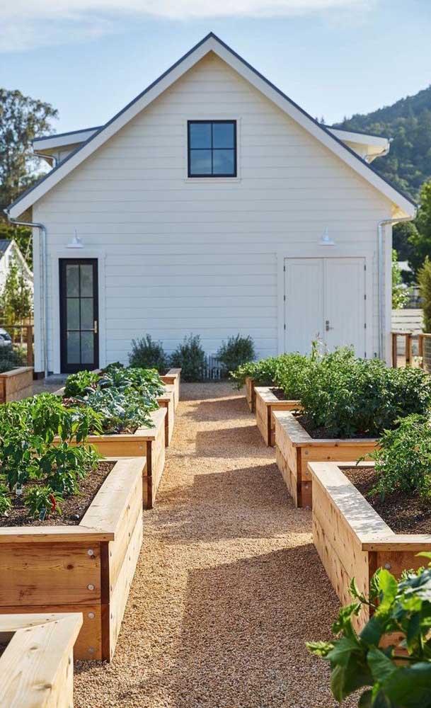 Que linda inspiração aqui! As pedras de rio foram usadas em torno dos canteiros de horta, facilitando a passagem e reduzindo a manutenção do piso