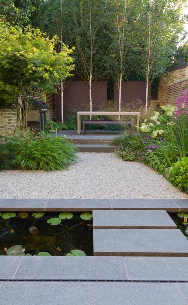 Um jardim de pedras entre o mini lago e o living