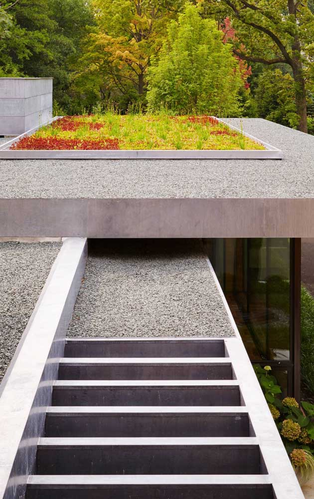 Britas cinzas dão o tom de modernidade a esse jardim construído no telhado da casa