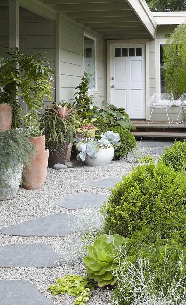 O caminho que conduz até a entrada da casa foi todo construído com pedras