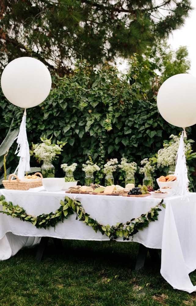 Mesa simples e delicada decorada para a festa de noivado