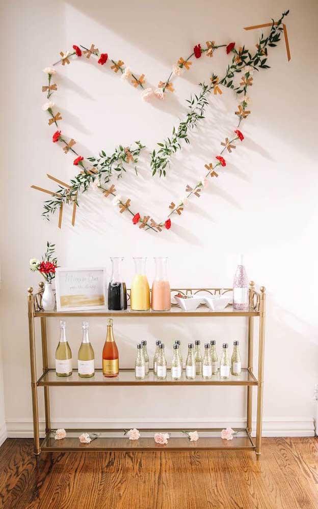 Mini bar decorado para festa de noivado simples; destaque para o coração de flores na parede