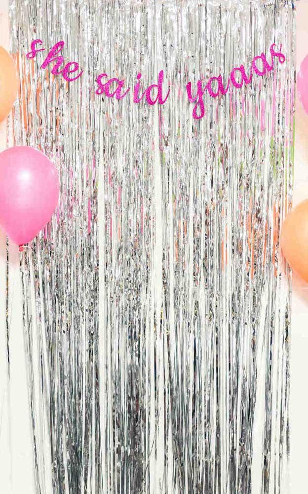 Com itens simples é possível decorar de forma delicada e bonita uma festa de noivado