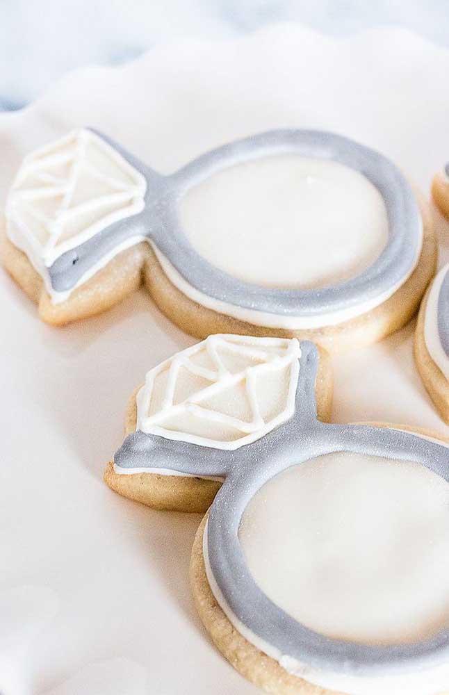 Para as lembrancinhas da festa de noivado, podem ser usados biscoitos personalizados, como estes