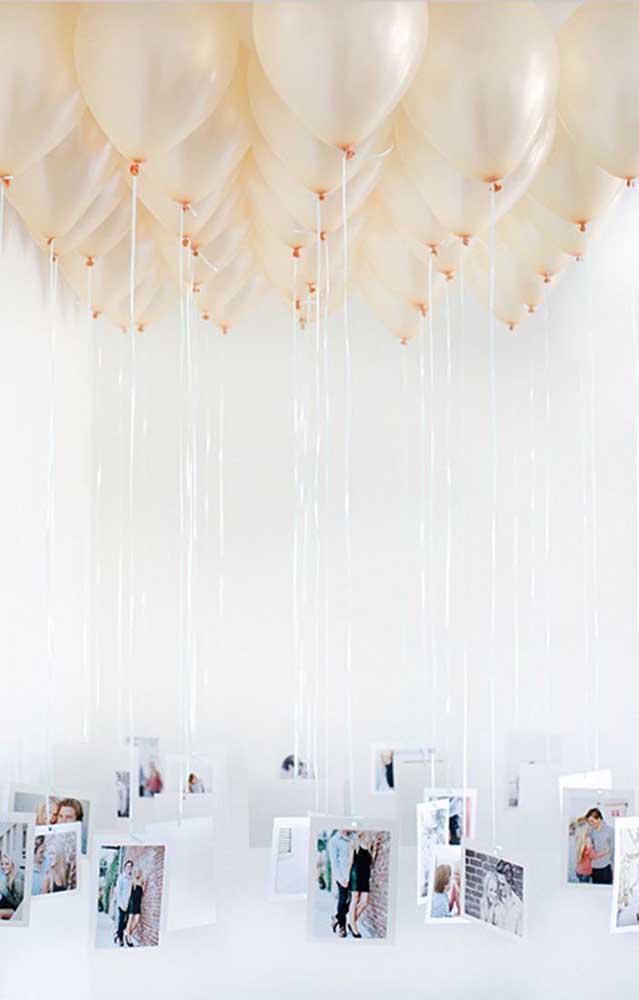 Balões e fotos do casal rendem uma decoração original, criativa e barata