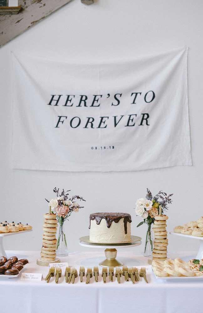 Modelo de mesa de doces decorada para festa de noivado simples