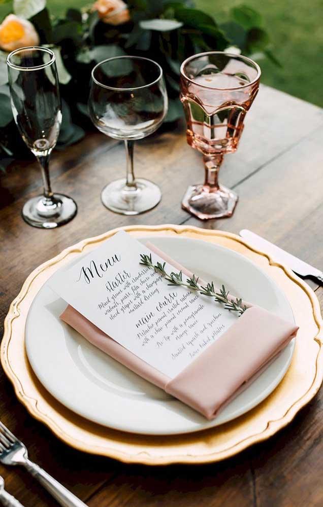 Inspiração de mesa posta para um jantar de noivado simples