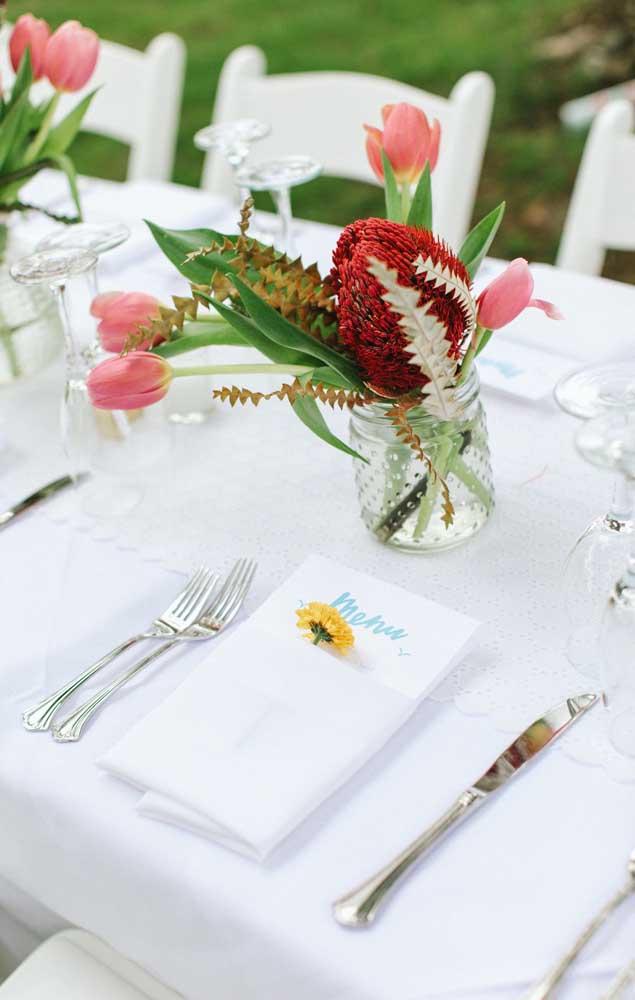 Mesa de jantar do noivado simples decorado com flores exóticas e tropicais