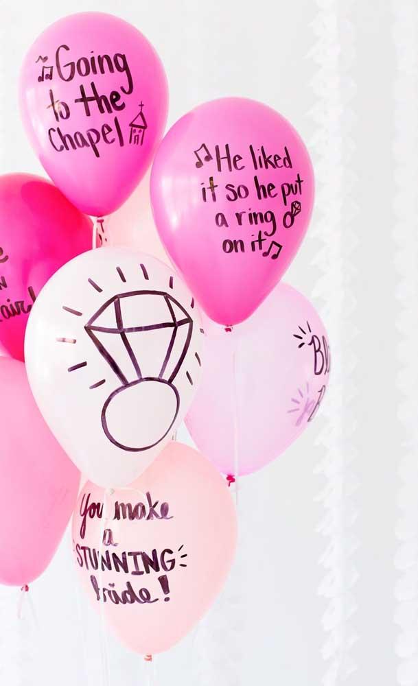 Aqui, os balões ganharam uma decoração personalizada para a festa de noivado simples