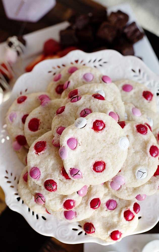 Cookies para a festa de noivado simples, decorados com confeitos em rosa, branco e vermelho