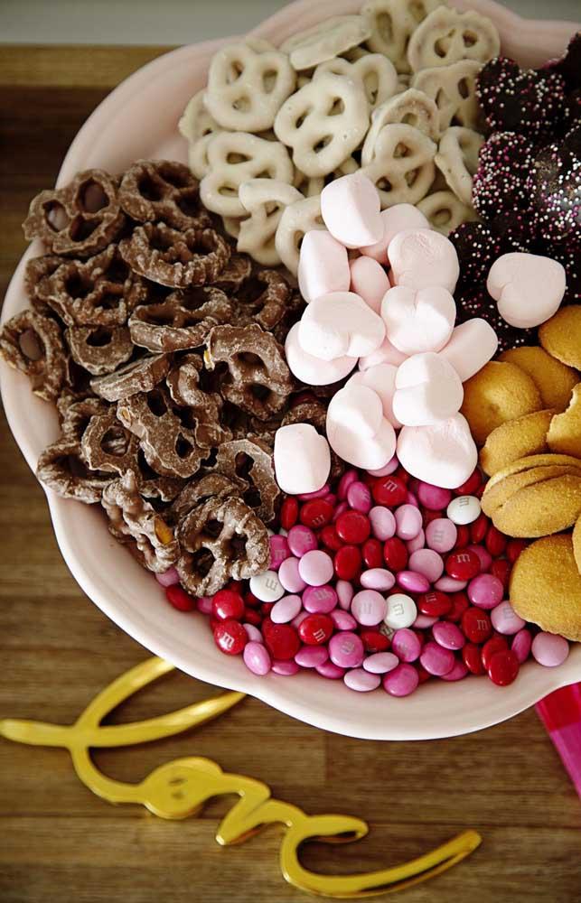 Para a mesa de doces de um noivado simples, vale pensar em doces prontos e deliciosos