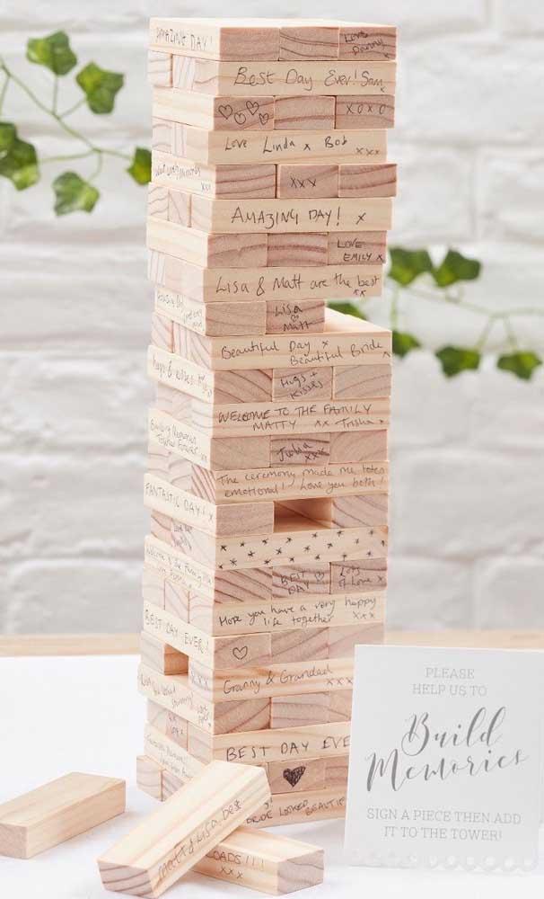 Uma inspiração super criativa e original é utilizar o jogo Jenga para deixar recadinhos para os noivos