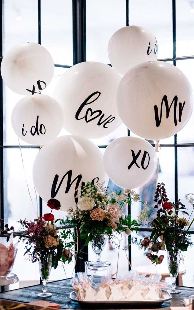 Balões personalizados para uma festa de noivado simples e linda