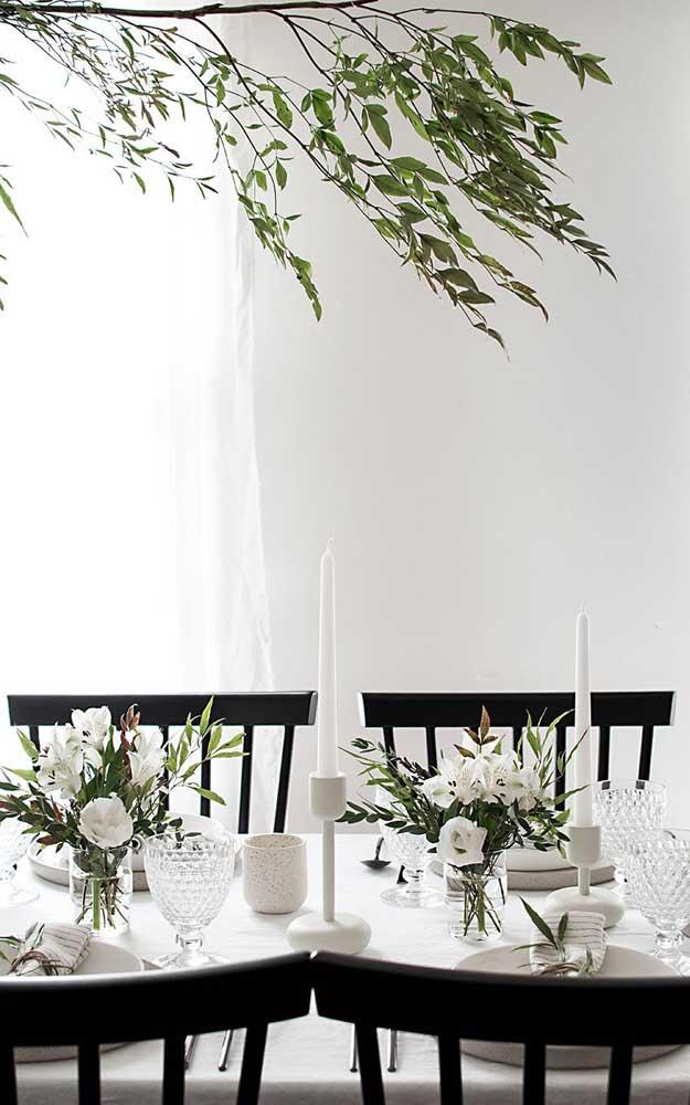 Mesa de jantar elegante, mas ao mesmo tempo muito simples e delicada; ideal para um noivado intimista