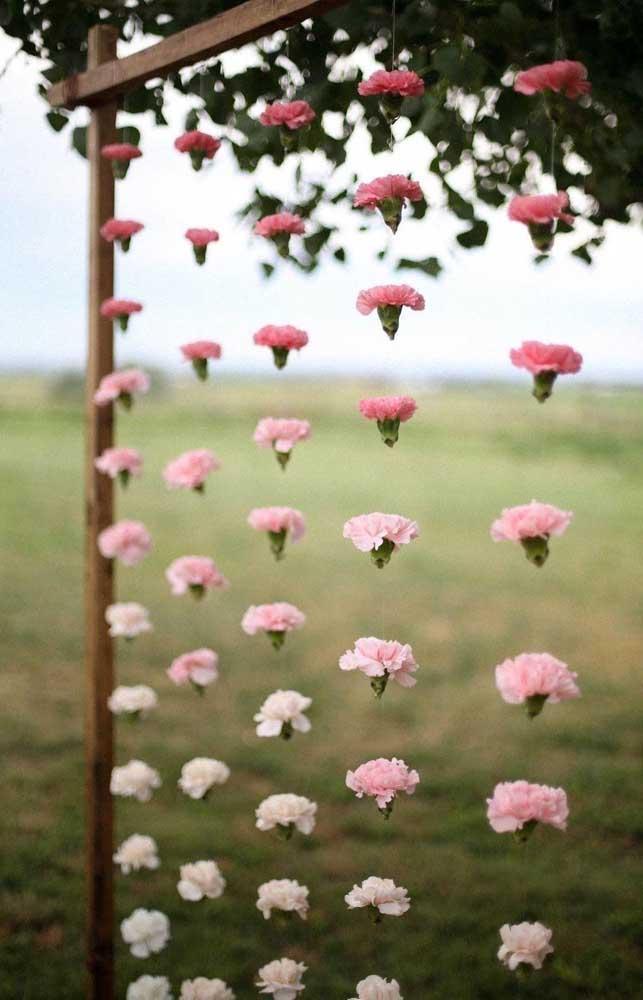 Painel de flores flutuantes para decorar uma festa de noivado simples