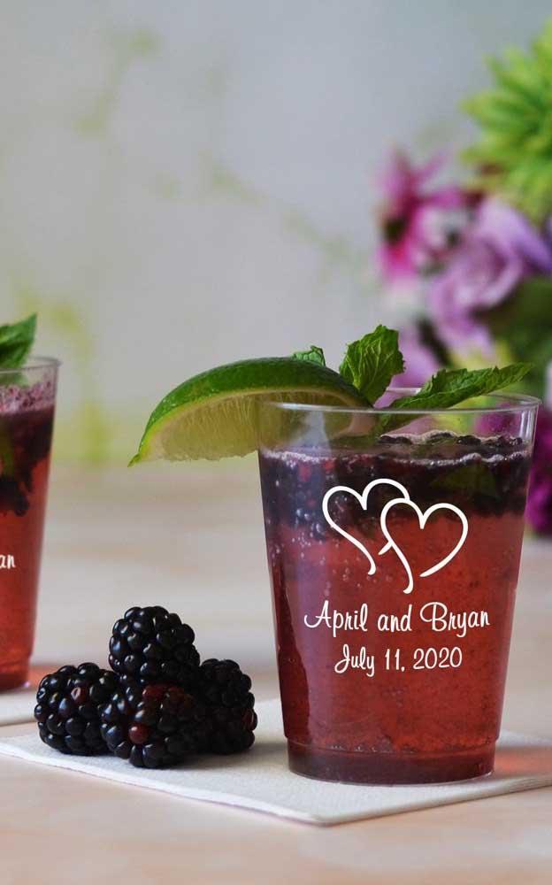 Os copos personalizados são boas opções para a festa de noivado e também para as lembrancinhas