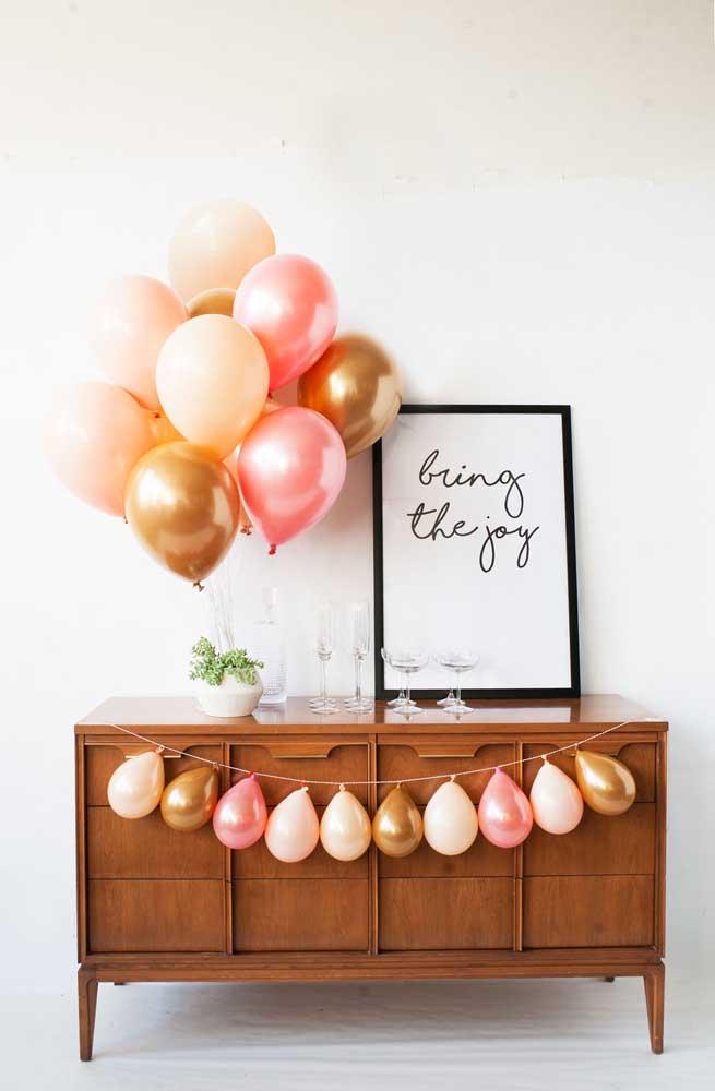 Decoração para festa de noivado simples com balões em rosa e dourado