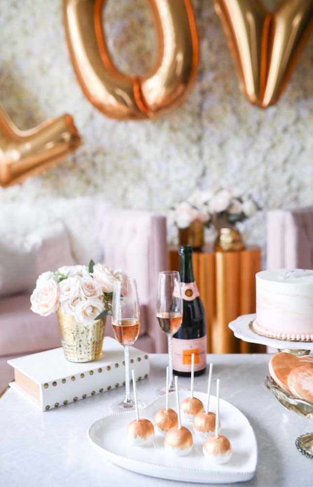 Poucos e significativos elementos compõem a decoração desse noivado simples