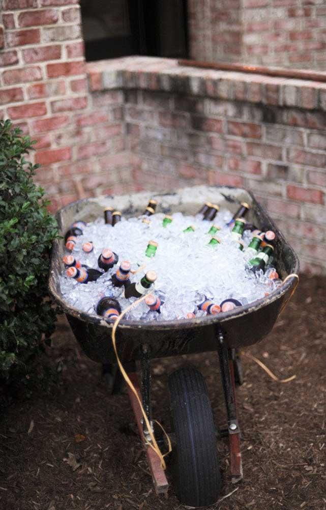 Uma opção rústica e divertida para dispor as bebidas na festa de noivado