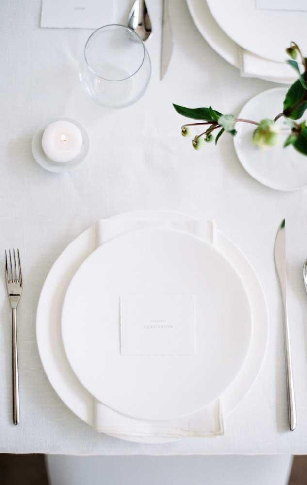 Simplicidade e elegância na mesa de jantar do noivado