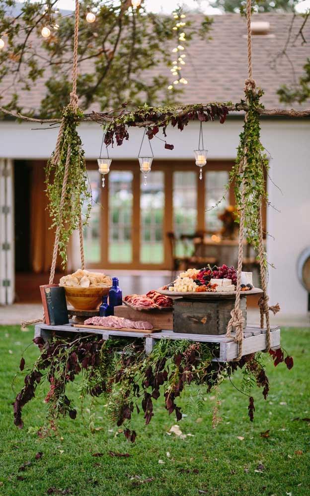 Que ideia linda! Aqui, a mesa suspensa serviu de apoio para os aperitivos da festa de noivado