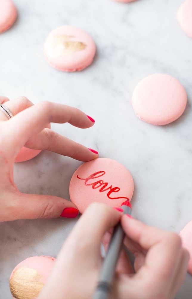 Os doces também podem ser personalizados e decorados para uma festa de noivado simples