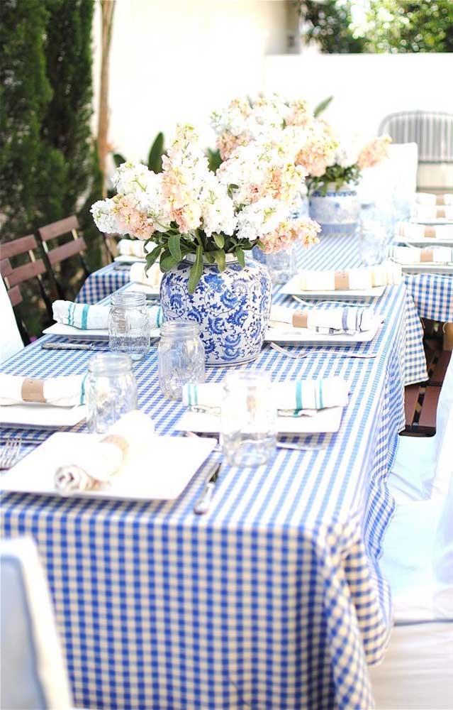 Almoço de noivado simples decorado em tons de azul e branco