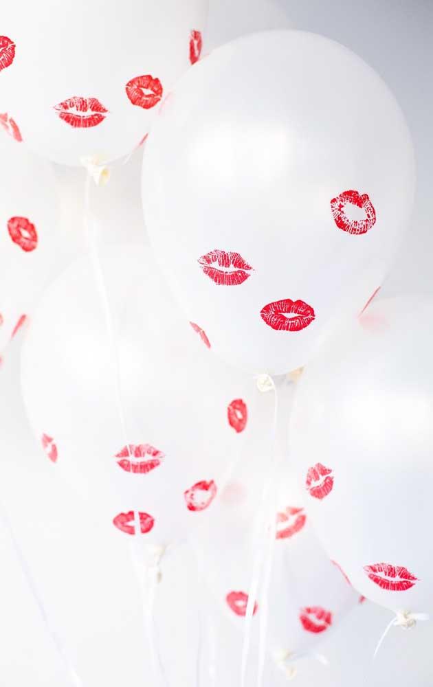 Balões cheios de beijos decoram com descontração a festa de noivado simples