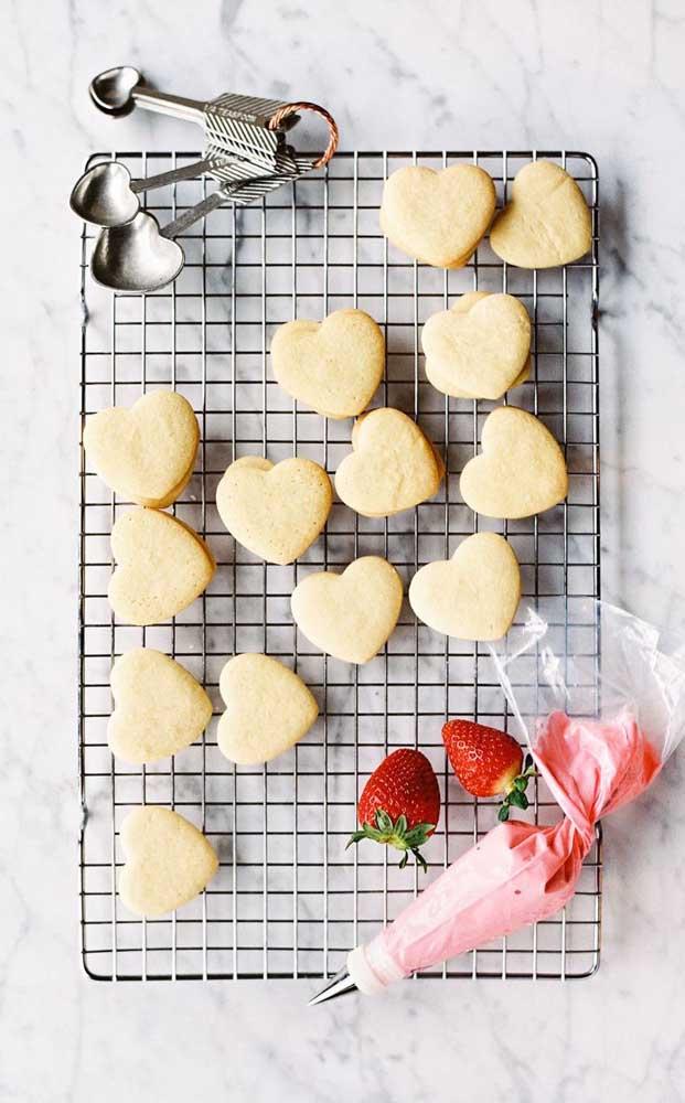 Mini bolos em formato de coração prontos para serem decorados para a festa de noivado simples