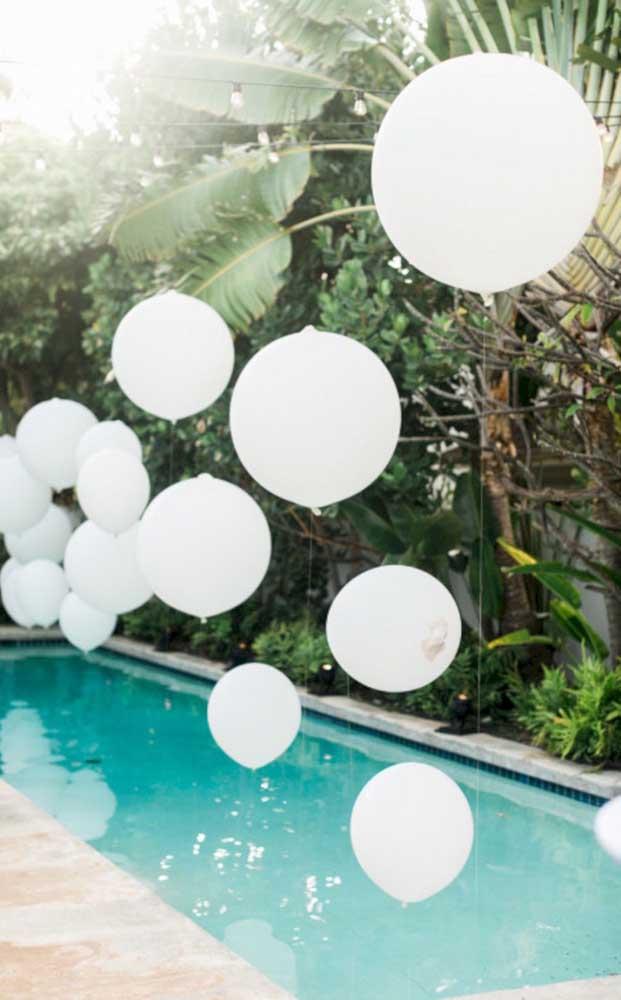 Balões brancos são perfeitos para decorar de forma simples uma festa de noivado