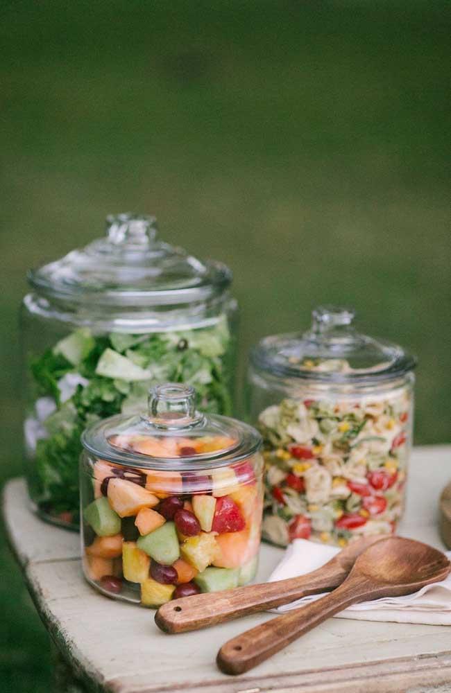 Uma forma delicada e diferente de servir a salada durante uma festa de noivado simples