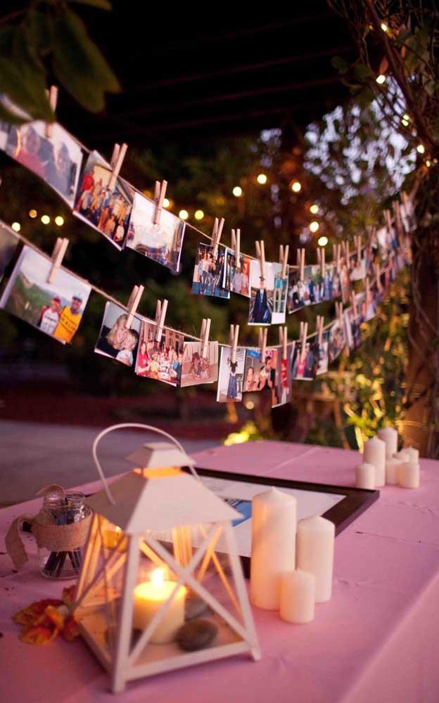 O varal de fotos ficou lindo na decoração da festa de noivado simples
