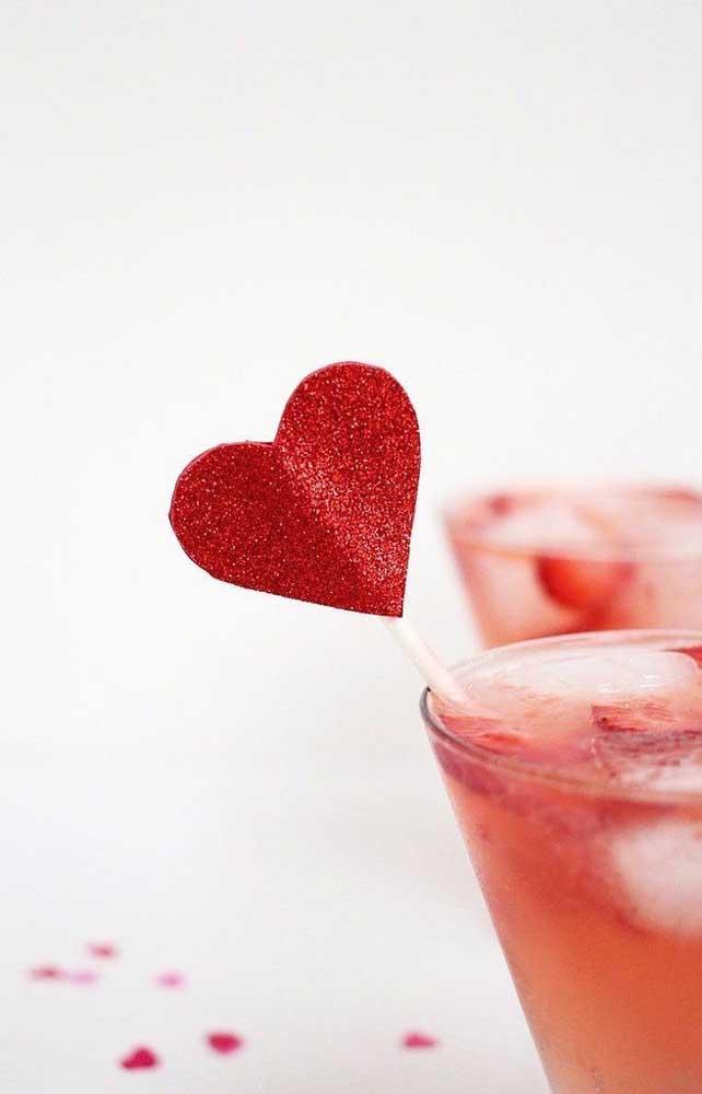 Os palitinhos de coração são ótimos para decorar e divertir as bebidas da festa de noivado simples