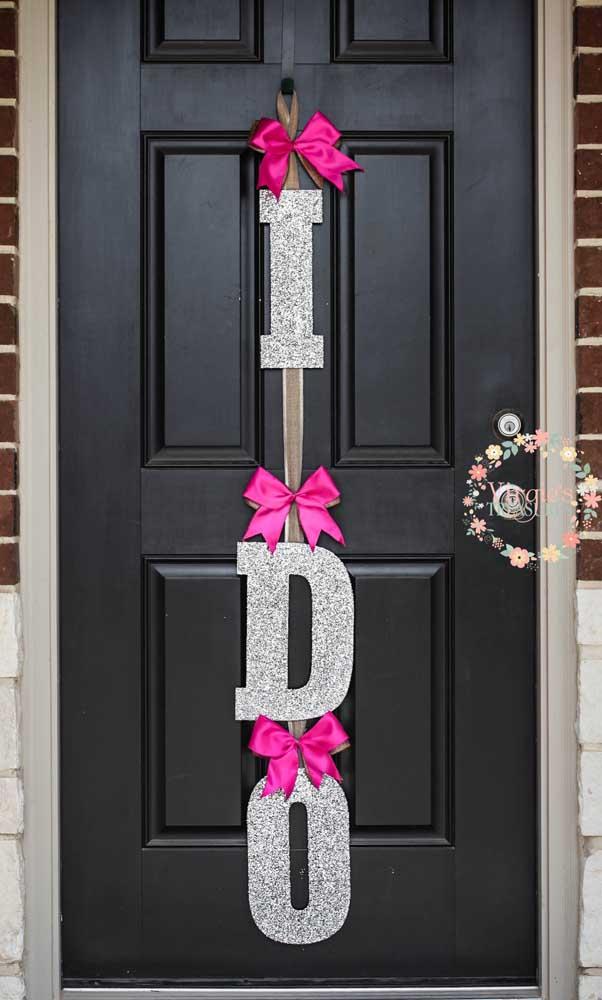 Decoração para recepção da festa de noivado feita na porta de entrada da casa