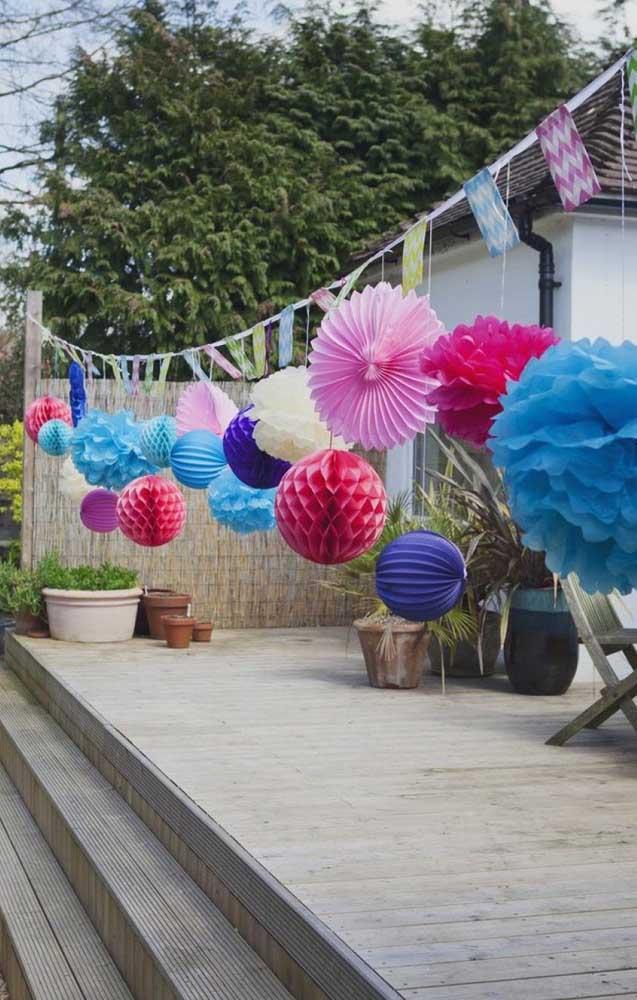 O varal de enfeites coloridos deu um toque todo especial a festa de noivado simples