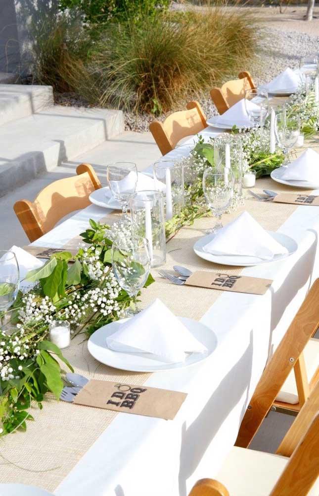 Inspiração de mesa decorada para o almoço da festa de noivado simples
